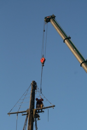 and secures the crane's cable to the straps