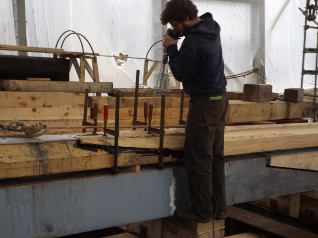 The keel is too long to be able to use one lenght of wood so the shipwrights need to join the timbers. David is putting the final touches on this scarf in the Danish oak.