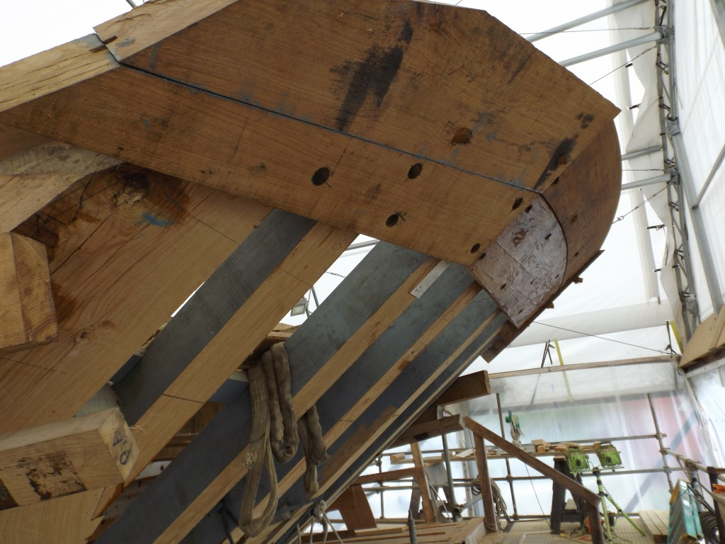 The topmost planking on the transom is cut to fit together above the water line..